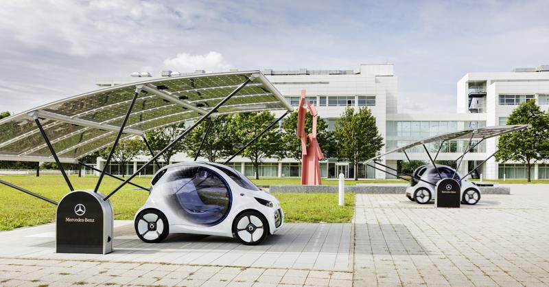 El coche detecta cuándo necesita una recarga y de manera autónoma se dirige a una estación de carga que puede ser por inducción o inalámbrica.