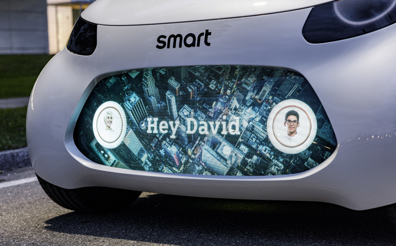 Este coche conectado muestra información personalizable para que el usuario sepa si es el coche que ha pedido el que viene a buscarle.