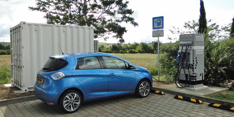El sistema de recarga eléctrica se sirve de baterías de coche en desuso que se utilizan para almacenar la energía que servirá para una nueva carga de un vehículo eléctrico.