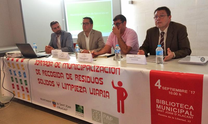 Ponentes en la Jornada de Municipalización de Recogida de Residuos Sólidos y Limpieza Viaria celebrada en Sant Joan d'Alacant.