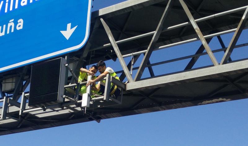 Instalación de los equipos necesarios para realizar las pruebas de vehículo autónomo y vehículo conectado en el carril bus-BAO de la A-6 en Madrid.