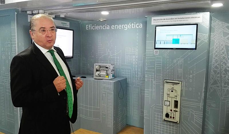 Juan Miguel Pérez de Andrés explicó el funcionamiento de un sistema inteligente para evitar incendios por cortocircuito en instalaciones eléctricas.