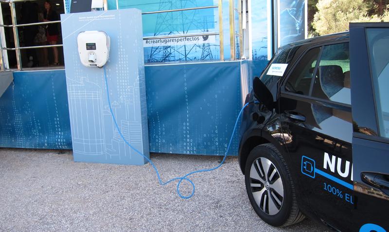 El punto de recarga mostrado permite la alimentación de la batería de un coche medio en cuatro horas.