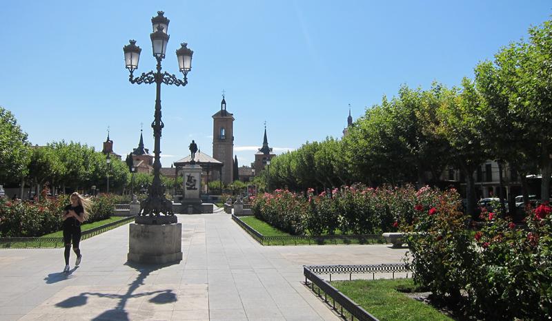 Plaza Cervantes de la ciudad de Alcalá de Henares, que incorporará iluminación artística LED con códigos QR para la señalización de puntos turísticos del casco histórico.