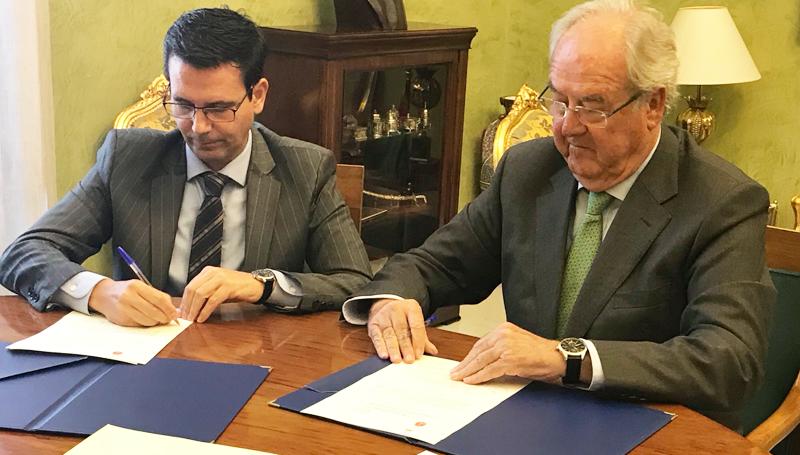 Francisco Cuenca, alcalde de Granada, y Mariano Barroso, presidente del Clúster Andalucía Smart City, durante la firma del convenio de colaboración por el que se desarrollará la I+D+i en la ciudad.
