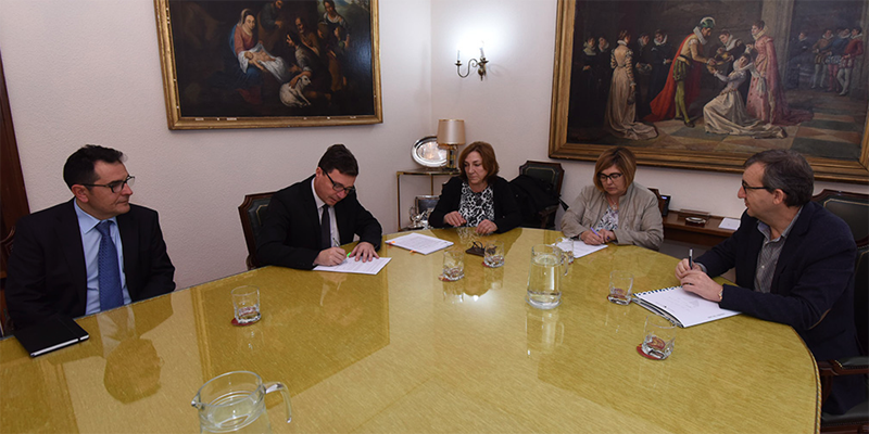 Firma del convenio entre Diputación de Cáceres y Telefónica para extender la Fibra Óptica a todos los ayuntamientos de la provincia en los próximos cuatro años.