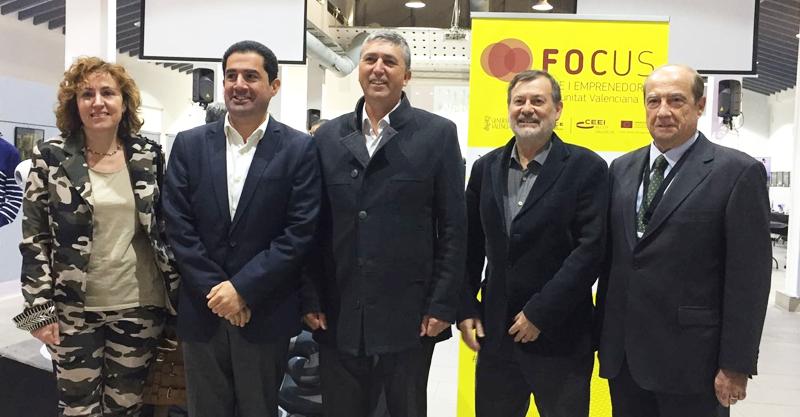 El consejero de Economía Sostenible de la Comunidad Valenciana, Rafa Climent, junto al resto de autoridades que inauguraron la jornada 'Focus Pyme y Emprendimiento L'Alcoià-El Comtat-La Foia de Castalla' sobre emprendimiento innovador en smart city e Industria 4.0