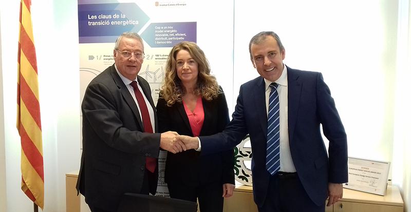 Assumpta Farran, directora del InstitutoCatalán de Energía (ICAEN) junto a Jaume Alcaide (AGIC-FERCA) y Jaume Roura (FECAVEM).