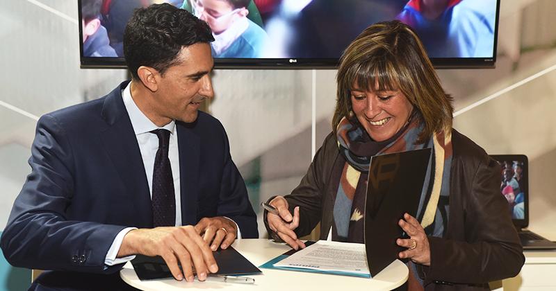 Josep M. Martínez, presidente y director general dePhilips Lighting España y Portugal y Nuria Marín, alcaldesa deL'Hospitalet, durante la firma del acuerdo de colaboración en materia de smart city e iluminación conectada.