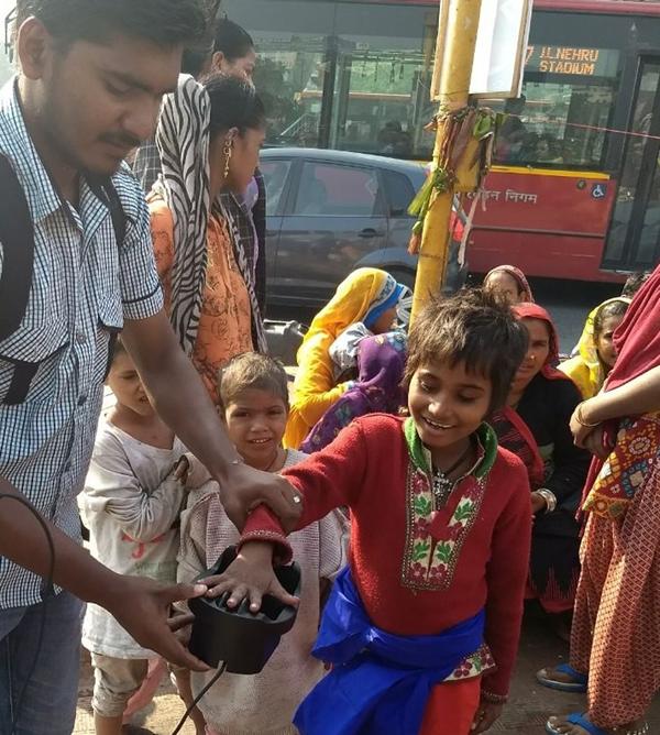 El sistema de identificación biométrica que utiliza la ONG itwillbe.org en India utiliza un lector capaz de guardar los datos que identifican a una persona a partir de las venas de su palma de la mano y el oxígeno de la sangre.