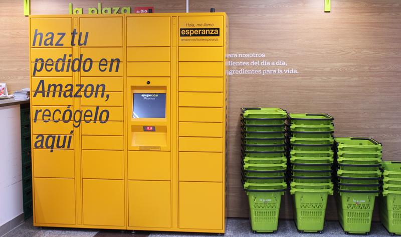 'Amazon Lockers' para la recogida de compras online en un supermercado.