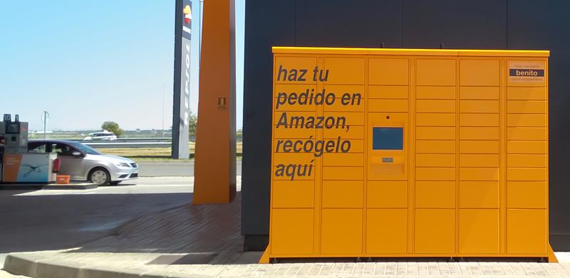 El servicio de taquillas 'Amazon Lockers' para recoger las compras online en una estación de servicio.