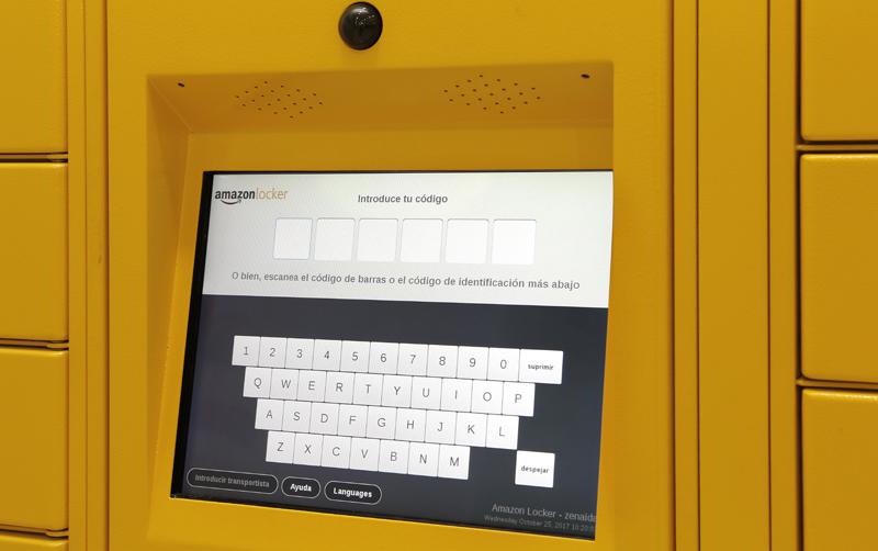 A través de un código de un único uso que hay que teclear o mediante el escaneo de un código de barras enviado al correo electrónico, se puede abrir la taquilla para recoger el paquete.
