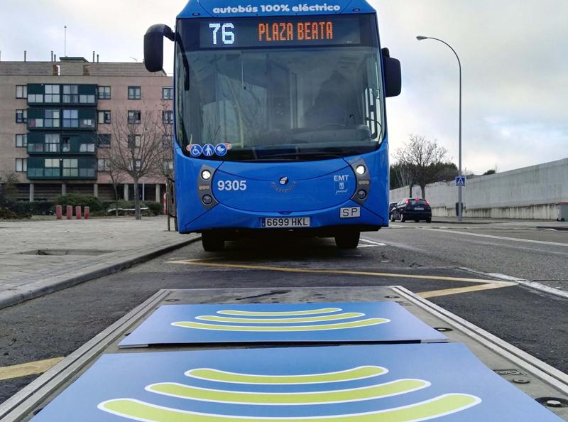 Uno de los autobuses eléctricos cero emisiones de la línea 76, que circula por Madrid, con sistema de recarga por inducción.
