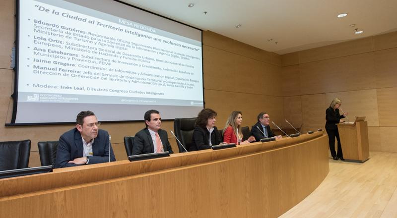 Mesa redonda donde se analizaron las experiencias de desarrollo de territorios inteligentes.