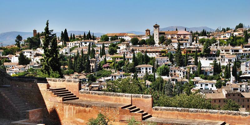 Barrio del Albaicín, en Granada, ciudad que junto a Algeciras, ha sido seleccionada con otras trece urbes europeas para formar parte del programa Ciudades Digitales por el Cambio.