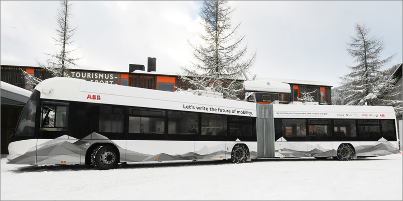 El autobús eléctrico que ha circulado en pruebas en Davos, y que se incorporará a la ciudad francesa de Nantes, tiene la capacidad de cargar su batería mientras los pasajeros suben y bajan en paradas específicas.