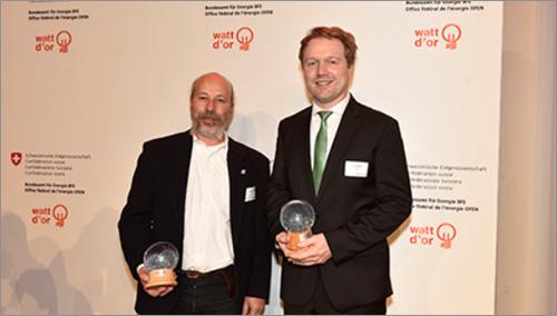 Thomas Blum, gerente general de Schréder Suiza (izquierda) y Jörg Haller, jefe de Alumbrado Público de EKZ (derecha) recogen el premio Watt d'Or en la categoría Tecnología Energética.