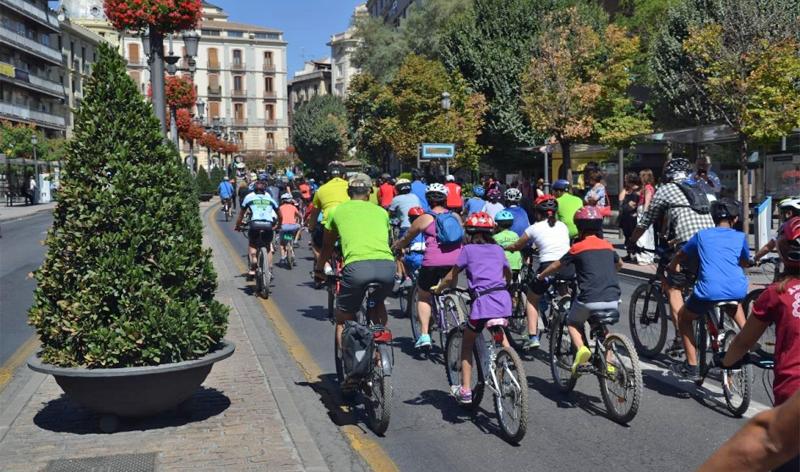 Granada es una de las ciudades finalistas al Premio Semana Europea de la Movilidad 2017 y competirá con Praga y Viena. Foto: Ayuntamiento de Granada. Ciclistas en un paseo por la ciudad