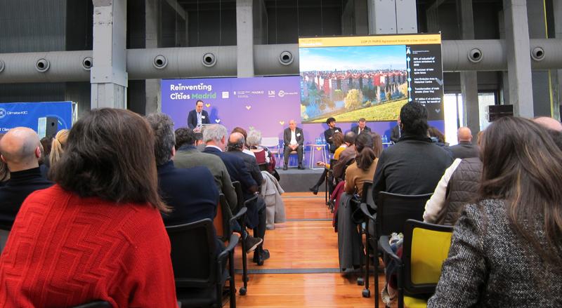 Presentación de la participación de Madrid en el concurso Reinventing Cities ante los asistentes a la jornada celebrada en La N@ve, ubicada en el distrito Villaverde.