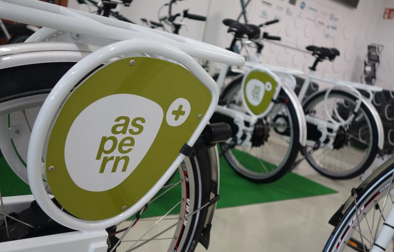 La ciudad cuenta con una amplia red de bicicletas públicas. Bicicletas y logo de la ciudad Aspern.