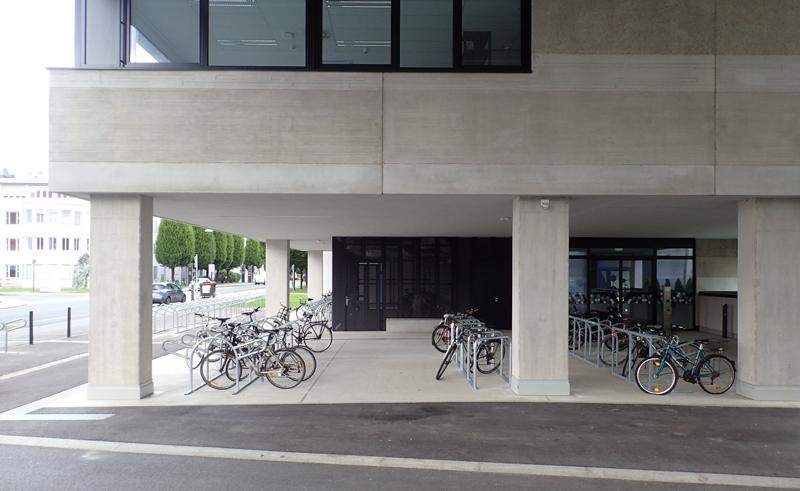Muchas bicicletas aparcadas en los bajos de un edificio de Aspern. Viviendas accesibles y proyectos de edificios inteligentes, forman el parque residencial de este desarrollo urbano, que apuesta por la movilidad sostenible. Foto: @aspernmobilLAB
