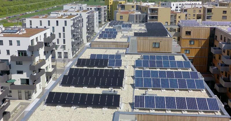 Techos con placas solares fotovoltaicas. Un modelo energético sostenible y lo más eficiente posible, forma parte del concepto de ciudad inteligente que se está desarrollando junto a Viena.