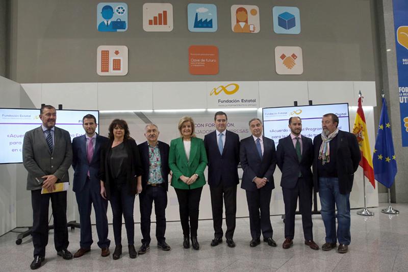 La ministra de Empleo, Fátima Bánez, junto a otros interlocutores sociales, en la presentación del Plan Estatal de Formación para trabajadores en competencias digitales.