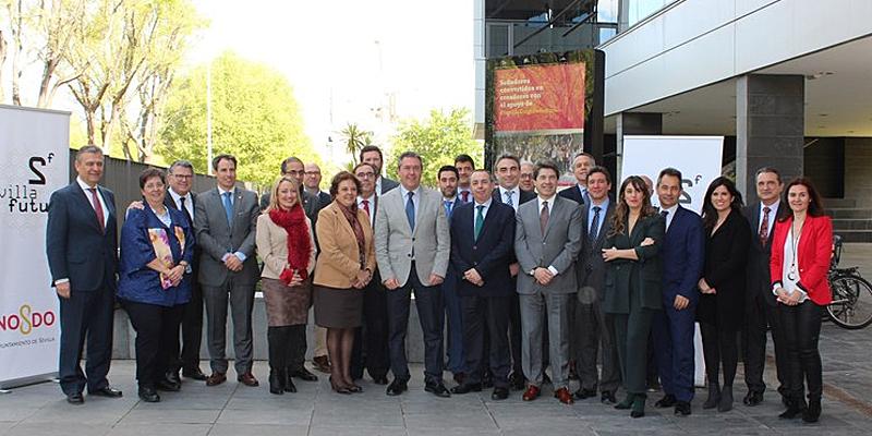 Foto de familia del acto de constitución de la asociación Sevilla Futuro, formado por 16 empresas y cinco entidades públicas, que tratará de convertir la ciudad en un laboratorio permanente de smart city.