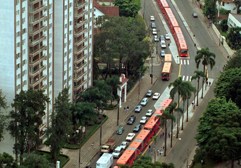El sistema de autobús de tránsito rápido (BRT) de Curitiba ha sido replicado en más de 300 ciudades. Foto: Ayuntamiento de Curitiba