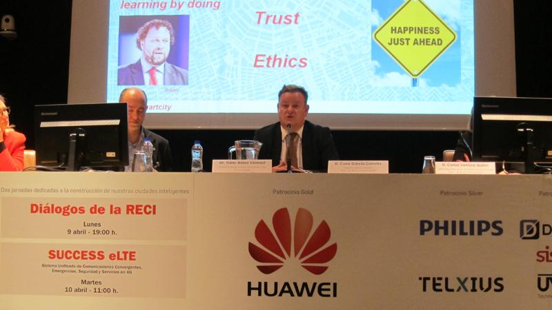 El embajador Amsterdam Smart City explicó la experiencia de su ciudad en el desarrollo inteligente.