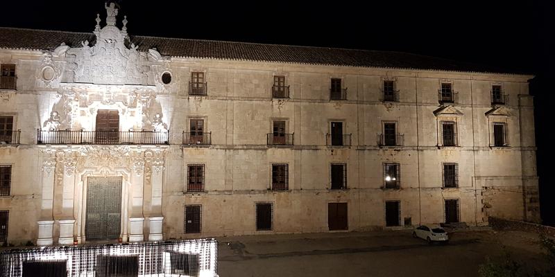 Fachada del Monasterio de la Orden de Santiago de Uclés (Cuenca) con la nueva iluminación ornamental del Schréder.