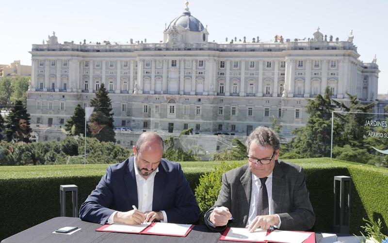 Firma del convenio entre la Comunidad de Madrid y el Instituto Tecnológico Hotelero para la instalación de puntos de recarga en los hoteles de la región.