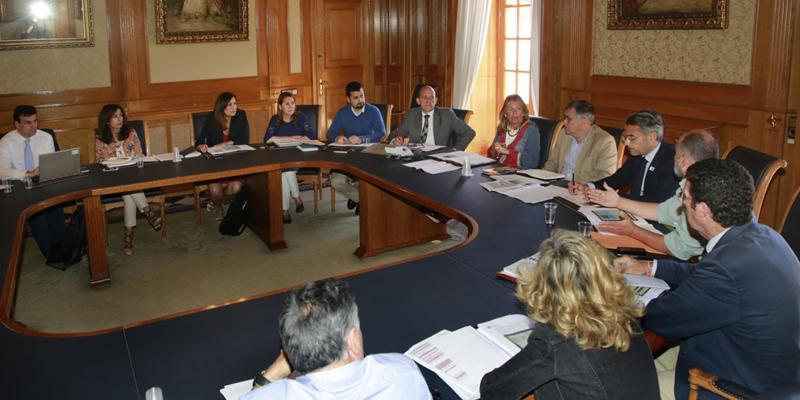 Tras la reciente adjudicación de 15 millones de euros de fondos FEDER para la ejecución de la Estrategia DUSI de Marbella, el equipo de Gobierno se ha reunido para planificar las inversiones de este año.