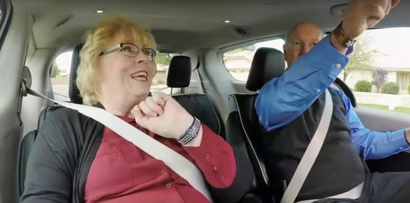 Una pareja de personas mayores en un vehículo sin conductor durante un trayecto en la ciudad de Phoenix (EE.UU.).