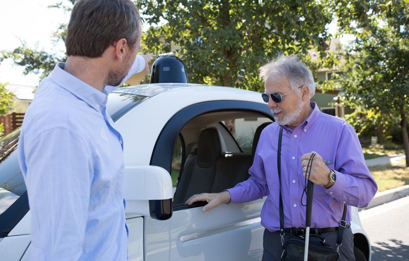 Un hombre ciego se monta en un vehículo autónomo. Los vehículos sin conductor permitirán a las personas con alguna discapacidad, como la falta de visión, circular en coche libremente.
