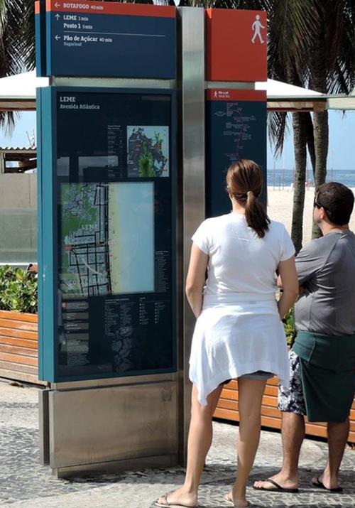 Paneles informativos junto a la playa en Río de Janeiro. Imagen: Applied Wayfinding