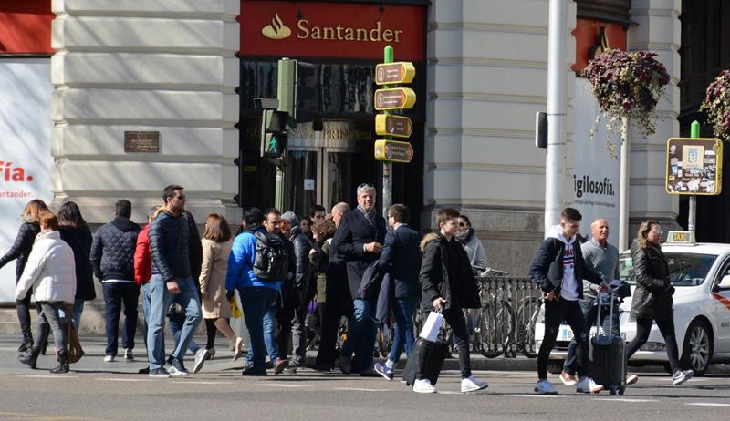 Peatones cruzando una calle. El proyecto #LeerMadrid impulsado por el ayuntamiento, quiere aplicar el concepto 'wayfinding' al sistema de señalización para peatones de la ciudad. Imagen: Paisaje Transversal