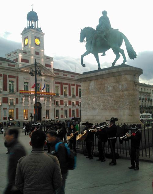 Sitios clave de Madrid, como la Puerta del Sol, carecen de un sistema de señalización para peatones.