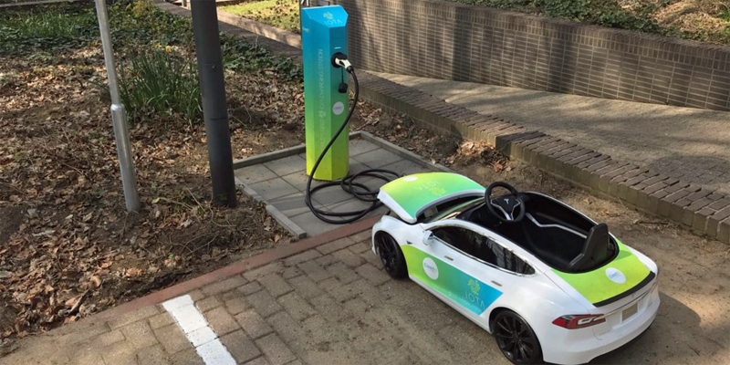 El sistema de carga eléctrica con tecnología IOTA Tangle se prueba en el centro de testeo de la empresa ElaadNL en Países Bajos. En la imagen, un mini Tesla se carga con este sistema. Imagen: IOTA Foundation