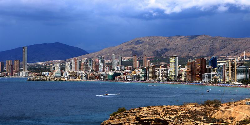 Playa en Benidorm, uno de los municipios sobre los que se aplicarán investigaciones sobre IoT en el turismo que llevará a cabo la UPV, que junto con la UMH y su investigación sobre Big Data, han firmado un convenio con la Agencia Valenciana de Turismo.