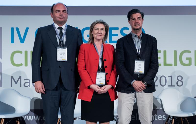 Francisco Javier García, de Red.es, Inés Leal, directora del Congreso Ciudades Inteligentes, y Juan Ávila, secretario general de la FEMP, en la clausura del Congreso.