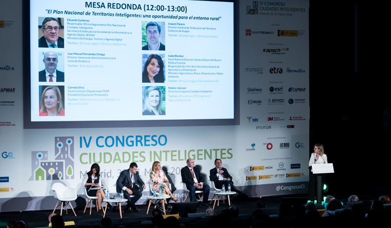 La directora del Congreso Ciudades Inteligentes moderó la primera mesa redonda.
