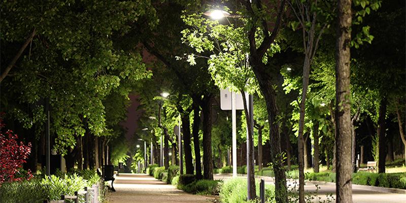Luminarias LED con telegestión punto a punto instaladas en un paseo de Alcobendas (Madrid).