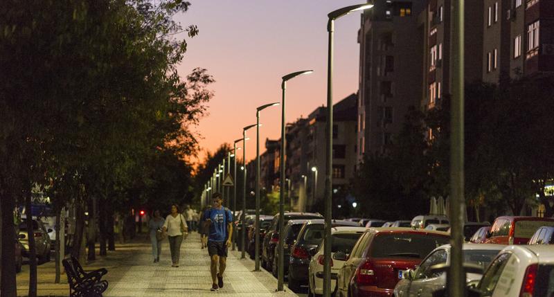 Luminarias de Schréder instaladas en una de las avenidas de la ciudad de Cáceres (Extremadura).