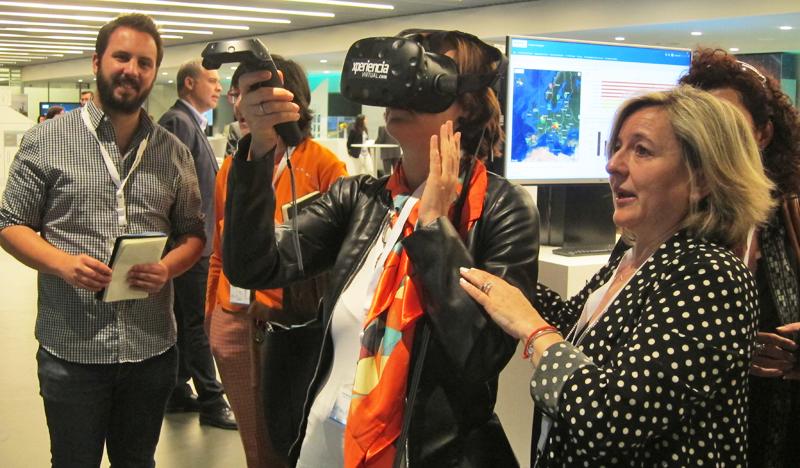 Los asistentes al 'Digitalization Day' probaron las solucione disponibles en el espacio de exposición.