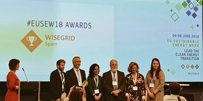 Momento en el el proyecto WiseGRID de España recibe uno de los premios de manos del comisario de Acción por el Clima y Energía, Miguel Arias Cañete.