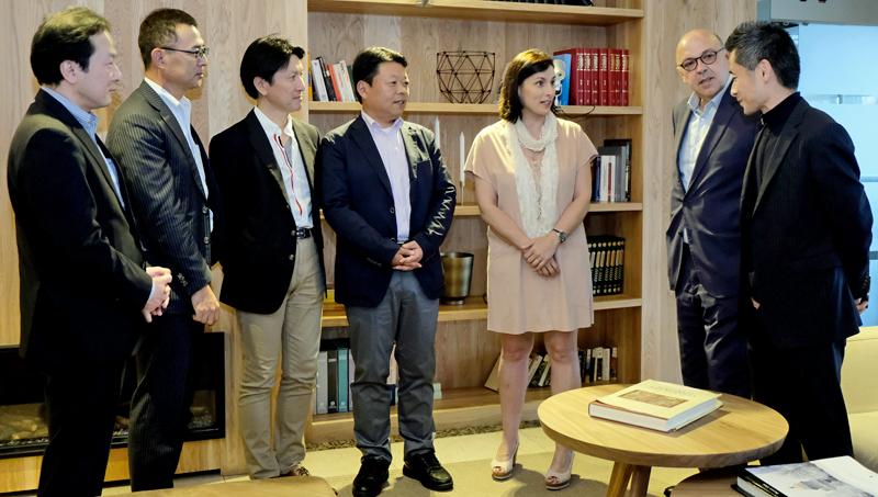 Reunión entre la alcaldesa de Santander, Gema Igual, y la delegación japonesa proveniente de la empresa NEC, con la que ha acordado la celebración de un encuentro de ciudades inteligentes de ambos países.