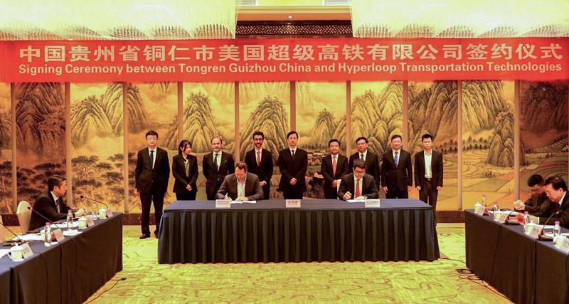 Firma del acuerdo entre Hyperloop TT y las autoridades chinas para la construcción de este sistema de transporte limpio en la ciudad de Tongren.