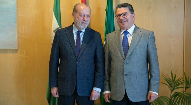El presidente de la FAMP, Fernando Rodríguez Villalobos, y el presidente de Eticom, Fernando Rodríguez del Estal, firmaron el acuerdo para consolidar un modelo de gobierno local inteligente en Andalucía.